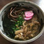 諫早の青ごしょうの特製そばは、山菜と地鶏の風味がたまらん一品